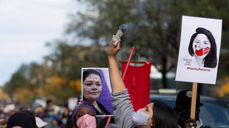 A woman smudges during a march to demand justice for Joyce Echaquan in Montreal, Quebec, Canada © REUTERS/Christinne Muschi