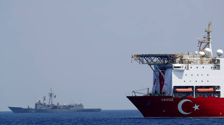 Turkish drilling vessel Yavuz is escorted by Turkish Navy frigate TCG Gemlik in the eastern Mediterranean Sea off Cyprus, August 6, 2019. © Reuters / Murad Sezer