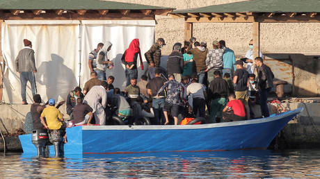 FILE PHOTO: Migrants disembark a boat on the Sicilian Island of Lampedusa, Italy.  © Reuters / Mauro Buccarello