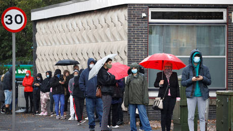 FILE PHOTO: People queue for Covid testing in Liverpool, UK. © REUTERS/Phil Noble