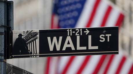 FILE PHOTO: The Wall Street sign is pictured at the New York Stock exchange (NYSE) © Reuters / Carlo Allegri