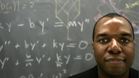 Dr. Jonathan Farley, a mathematics professor based at Harvard, in a classroom in the Math Department at Harvard University. © Getty Images / Bill Greene / The Boston Globe
