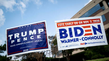 Dueling candidate signs outside an early voting spot in Fairfax, VA © Reuters / Alexander Drago