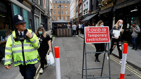 A police officer patrols a bars area in Soho during the outbreak of the coronavirus disease (COVID-19), in central London, Britain, (FILE PHOTO) © REUTERS/Peter Nicholls