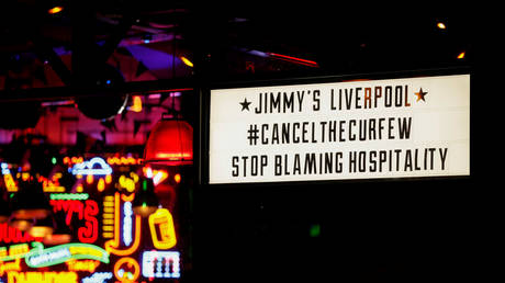 A UK pub protesting strict lockdown measures © Reuters / Phil Noble
