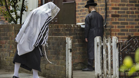 A Sabbath prayer meeting being held outside a Stamford Hill home by ultra orthodox Hassidic Jews in London © Getty Images/Barry Lewis