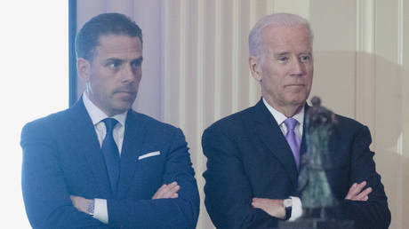 FILE PHOTO: Hunter Biden introduces his father Vice President Joe Biden during the World Food Program USA's 2016 McGovern-Dole Leadership Award Ceremony at the Organization of American States on April 12, 2016 in Washington, DC. © Getty Images / Kris Connor/WireImage
