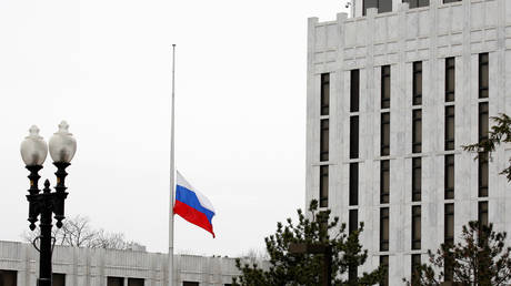 The flag of the Russian Federation flies at the Russian Embassy in Washington, U.S., March 27, 2018.© REUTERS/Joshua Roberts