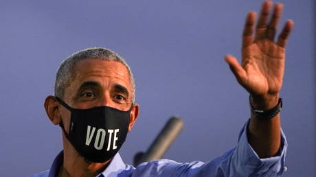 "Former U.S. President Barack Obama waves while wearing a ""Vote"" mask as he campaigns on behalf of Democratic presidential nominee and his former Vice President Joe Biden in Philadelphia, Pennsylvania, U.S., October 21, 2020. © REUTERS/Kevin Lamarque"