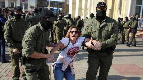 Belarusian law enforcement officers detain a woman during an opposition rally to reject the presidential election results and to protest against the inauguration of President Alexander Lukashenko in Minsk, Belarus September 26, 2020. © Tut.By via REUTERS