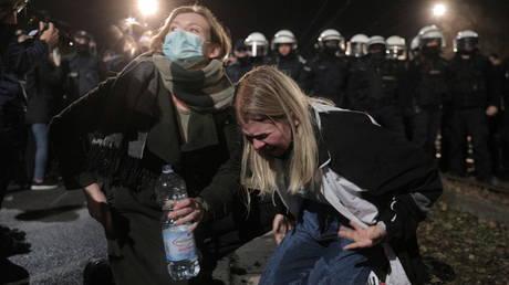 Les gens réagissent après que la police a utilisé des gaz lacrymogènes lors d'une manifestation contre l'imposition de nouvelles restrictions à la loi sur l'avortement à Varsovie.  © Reuters / Jedrzej Nowicki