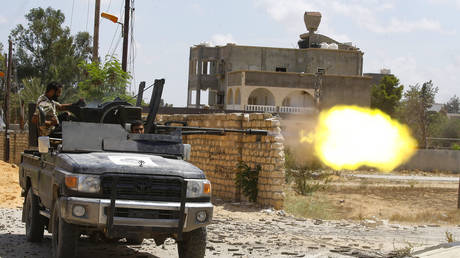 In this file photo taken on September 7, 2019, a fighter loyal to the internationally recognised Libyan Government of National Accord (GNA) fires a truck-mounted gun during clashes with forces loyal to strongman Khalifa Haftar in the capital Tripoli's suburb of Ain Zara © AFP / Mahmud TURKIA