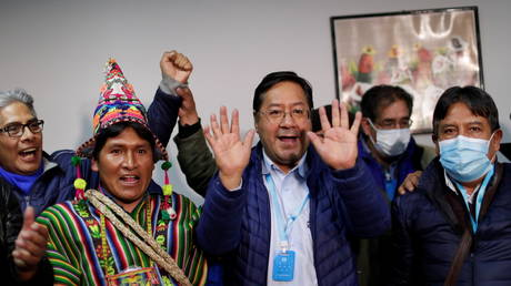 Luis Arce reacts next to vice presidential candidate David Choquehuanca, who wears a protective face mask, in La Paz, Bolivia, October 19, 2020. © Reuters / Ueslei Marcelino