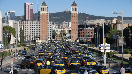 Taxi drivers take part in a demonstration to demand economic aid from the government, in Barcelona . © AFP / Josep LAGO