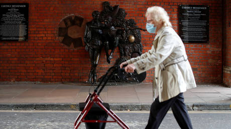 FILE PHOTO: An elderly person wearing a protective mask amid the outbreak of the coronavirus disease (COVID-19), in Aylesbury, Britain. © REUTERS / Paul Childs