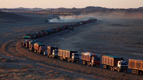 FILE PHOTO: Trucks loaded with coal in the Gobi desert, Mongolia © Reuters / B. Rentsendorj