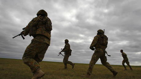 Members of Australia's special forces conduct an exercise during the Australian International Airshow in Melbourne March 2, 2011 © Reuters / Mick Tsikas