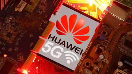 FILE PHOTO: A smartphone with the Huawei and 5G network logo on a PC motherboard  © Reuters / Dado Ruvic