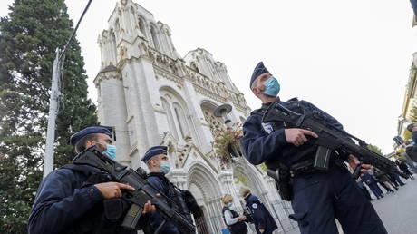 Police officers stand near Notre Dame church, where a knife attack took place, in Nice, France, October 29, 2020. © Reuters / Eric Gaillard / Pool