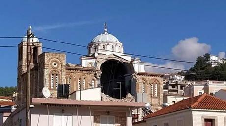 Une église orthodoxe grecque endommagée dans la ville de Karlovasi, à la suite d'un tremblement de terre.  © Samos24.gr via REUTERS
