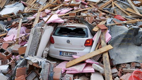 A building collapsed in Izmir after an earthquake struck the Aegean Sea. © Reuters / Tuncay Dersinlioglu