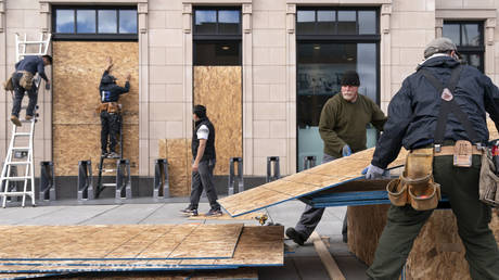 Workers board up a Walgreens in Washington, DC. © AP Photo/Jacquelyn Martin