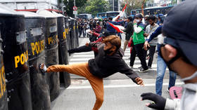 WATCH: Anti-govt protests grow increasingly violent in Indonesia after mass arrest of student demonstrators