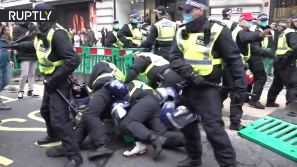 Arrests made as anti-lockdown protesters march in London, defying police warning to obey Covid-19 restrictions (VIDEOS)