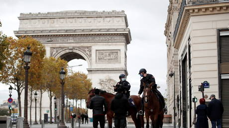 Police officers on horses conduct a control to check exemption certificates and verify identity, the Champs-Elysee avenue, Paris (FILE PHOTO) © REUTERS/Benoit Tessier