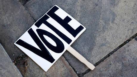 FILE PHOTO: A voting sign in Philadelphia, Pennsylvania, NNovember 2, 2020 © Reuters / Rachel Wisniewski