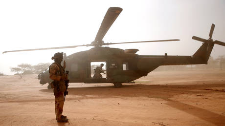 A French soldier stands guards in front of an NH90 Caiman military helicopter during Operation Barkhane in Ndaki, Mali, July 29, 2019. © Reuters / Benoit Tessier
