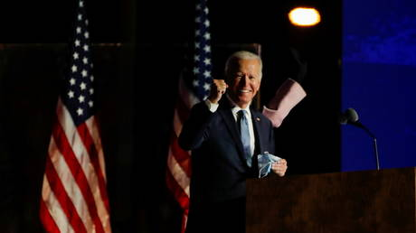 Joe Biden raises a fist as he delivers remarks after early results from the 2020 US presidential election in Wilmington, Delaware, US, November 4, 2020. © Mike Segar / Reuters
