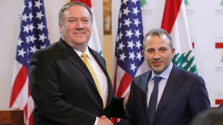 US Secretary of State, Mike Pompeo, shakes hands with Lebanese Foreign Minister, Gebran Bassil, after a meeting in Beirut in 2019. © Reuters / Jim Young/Poo