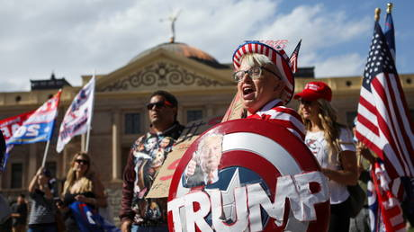 "Supporters of U.S. President Donald Trump gather at a ""Stop the Steal"" protest after the 2020 U.S. presidential election was called for Democratic candidate Joe Biden, in front of the Arizona State Capitol in Phoenix, Arizona, U.S., November 7, 2020. © REUTERS/Jim Urquhart"