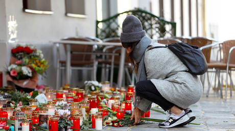 A woman places flowers at the site of a terrorist attack in Vienna, Austria, November 5, 2020. © Reuters / Leonhard Foeger