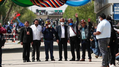 Morales (in blue mask) returns to Bolivia alongside Argentinian president © Reuters / Ueslei Marcelino