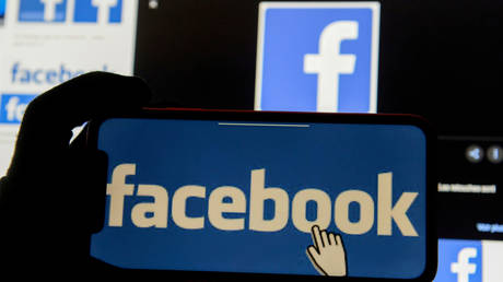 The Facebook logo is displayed on a mobile phone (FILE PHOTO) © REUTERS/Johanna Geron/Illustration