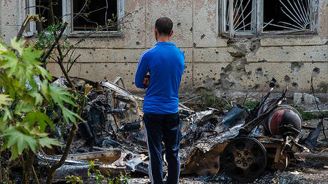 A man looks at car burnt by the recent shelling, in the town of Martuni, the self-proclaimed Republic of Nagorno-Karabakh. © Sputnik / Asatur Yesayants