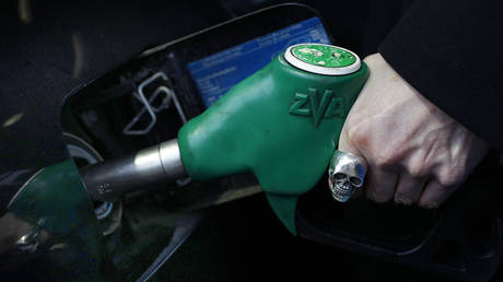 FILE PHOTO: A petrol station in London © Reuters / Suzanne Plunkett