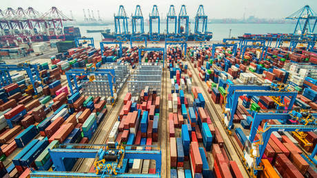 FILE PHOTO: A port in Qingdao in China's eastern Shandong province © AFP / STR