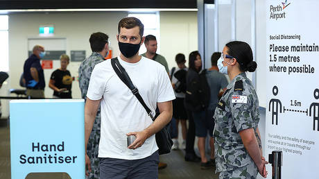 Passengers walk from the processing area after being temperature tested and having their G2G pass verified by WA Police on arrival at Perth Airport on November 14, 2020 in Perth, Australia © Getty Images / Paul Kane