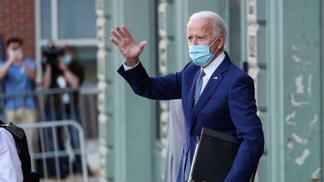 Joe Biden waves after attending briefings in Wilmington, Delaware, November 9, 2020 © Reuters / Jonathan Ernst