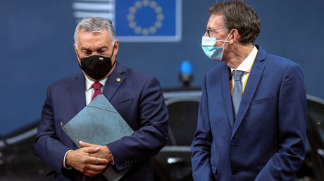 Hungary's PM Viktor Orban (L) arrives for the second face-to-face European Union summit since the coronavirus disease outbreak, in Brussels, Belgium, October 1, 2020. © Reuters / Aris Oikonomou / Pool