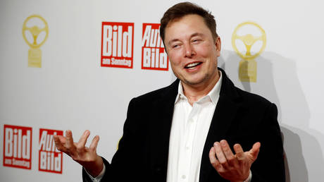 FILE PHOTO: Elon Musk arrives on the red carpet for an automobile awards ceremony in Berlin, Germany, November 12, 2019 © Reuters / Hannibal Hanschke