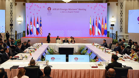 Participants attend ASEAN Foreign Ministers' meeting ahead of the 34th Association of Southeast Asian Nations (ASEAN) summit in Bangkok on June 22, 2019. © AFP / TANG CHHIN Sothy