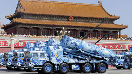 Military vehicles carrying shore-to-ship missiles drive past the Tiananmen Gate © AFP / POOL / JASON LEE