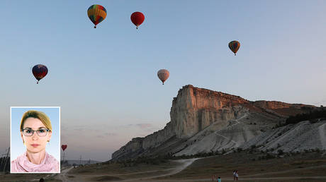 Aeronaut teams take part in a hot air balloon competition near the White Rock, also known as Aq-Qaya, in Crimea, August 9, 2020. © REUTERS / Alexey Pavlishak; (inset) Elizaveta Bogutskaya © itd.rada.gov.ua