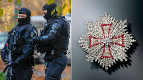 (L) Police officer during a raid in Berlin on November 17, 2020. © AFP / Odd Andersen; (R) A jewelry piece that was stolen from the Green Vault Museum in Dresden on November 25, 2020. © AFP / Green Vault / Juergen Karpinski