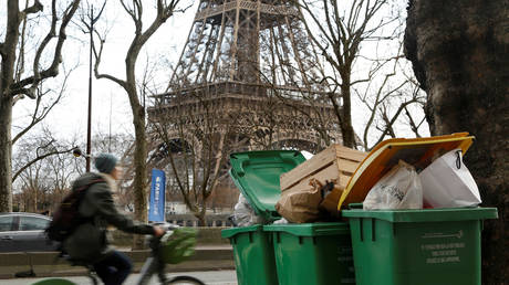 Overflowing trash bins are seen in a street near the Eiffel Tower as waste incineration plants go on strike in Paris, France, February 4, 2020. © Reuters / Charles Platiau