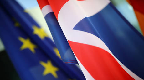 FILE PHOTO: European Union and British flags. © REUTERS / Hannibal Hanschke